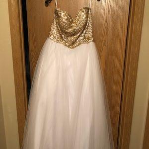 Dresses - White Prom dress size 4 corset back
